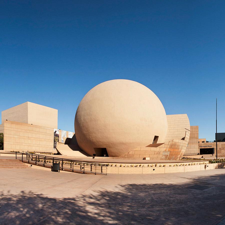 El diseño de este recinto estuvo a cargo de Pedro Ramírez y Manuel Rosen.